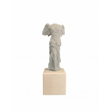 "SOPHIA SOPHIA ΑΓΑΛΜΑ ""ΦΤΕΡΩΤΗ ΝΙΚΗ ΤΗΣ ΣΑΜΟΘΡΑΚΗΣ"" ΣΙΕΛ 23cm"